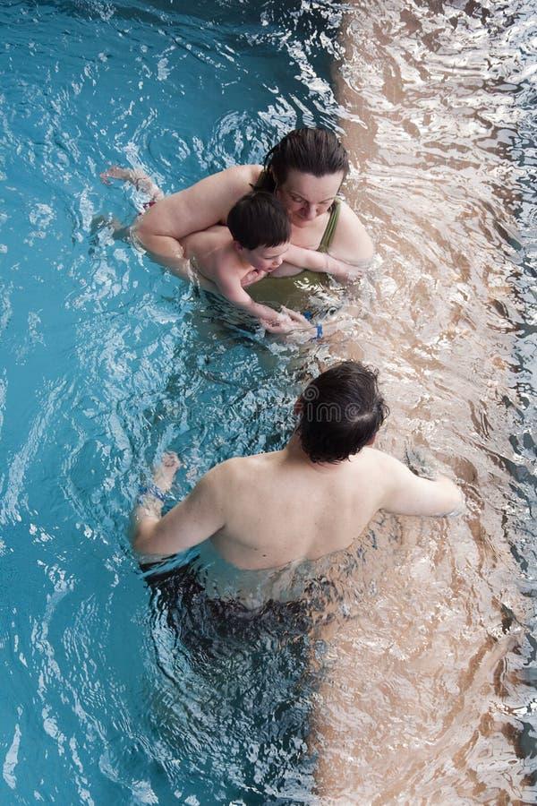 Familie im Swimmingpool lizenzfreie stockbilder