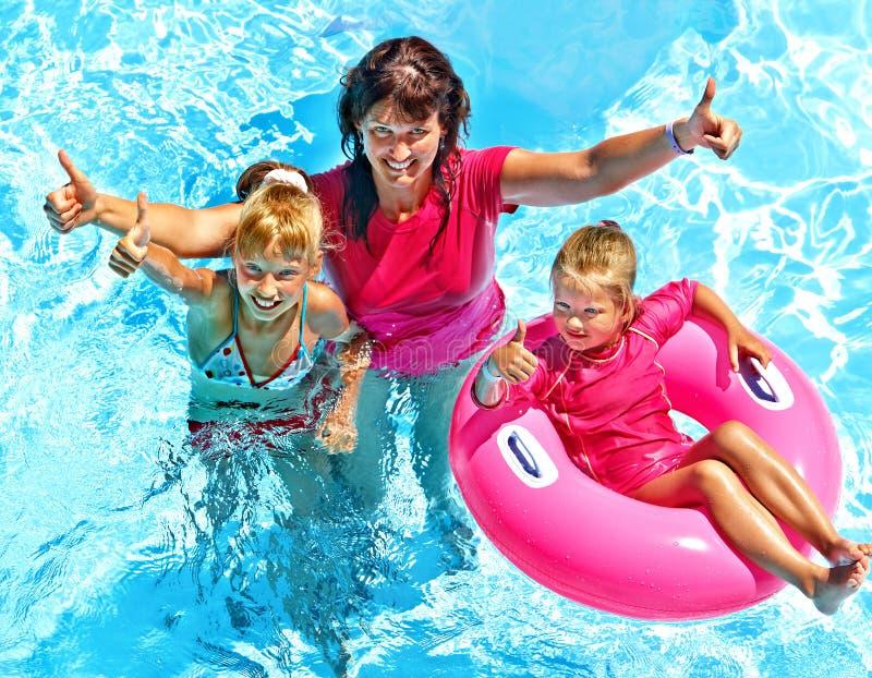 Familie im Swimmingpool. lizenzfreie stockfotos
