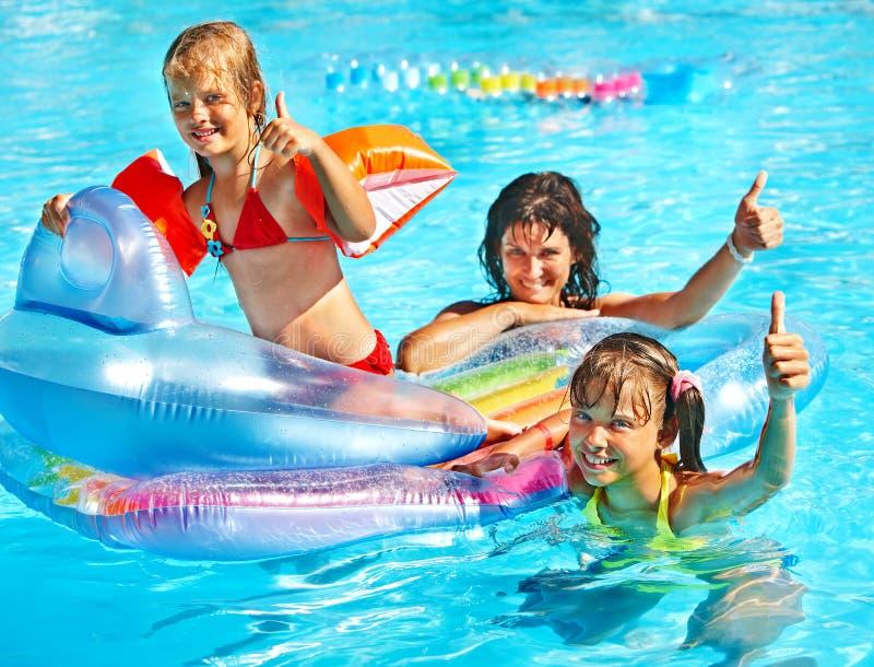 Familie im Swimmingpool stockfotos