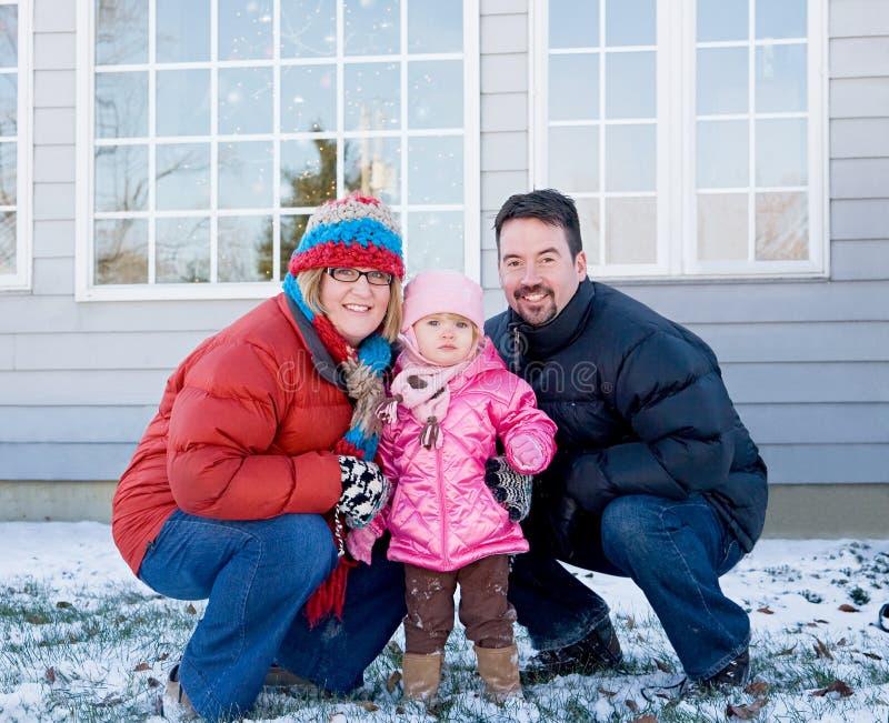 Familie im Winter zu Hause stockbilder