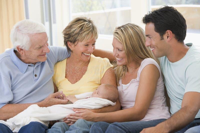 Familie im Wohnzimmer mit Schätzchen lizenzfreie stockbilder