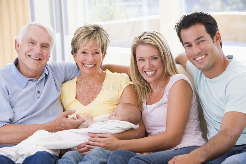 Familie im Wohnzimmer mit Schätzchen stockbild