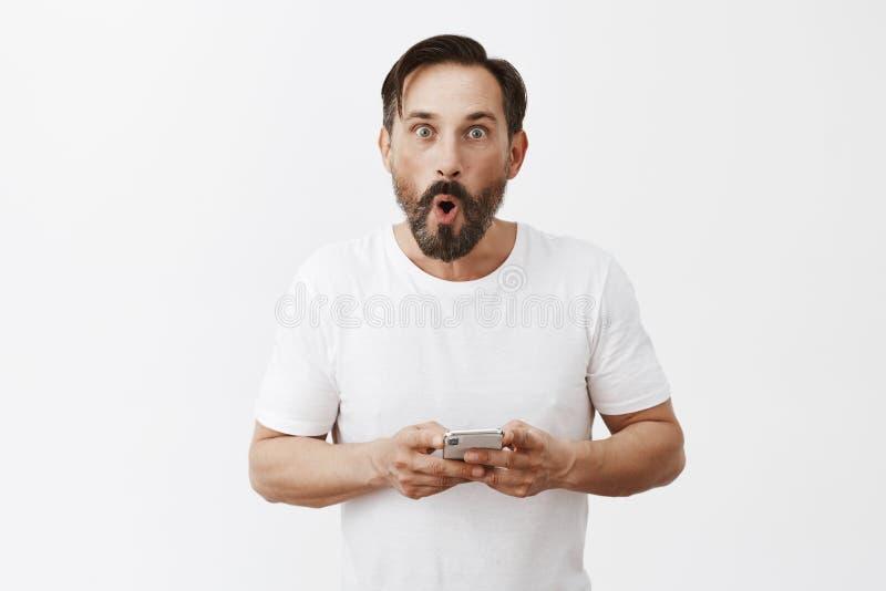 Familie kaufte Vati neues Telefon und beeindruckt wurde mit allen apps nach innen Porträt des aufgeregten und unterhaltenen überr stockfoto