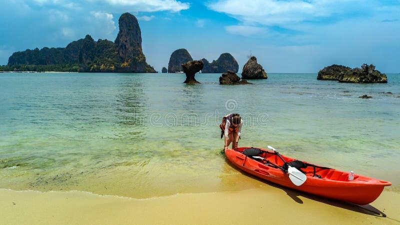 Familie kayaking, moeder en dochter die in kajak op tropische overzeese kanoreis dichtbij eilanden paddelen, die pret, actieve va royalty-vrije stock afbeelding