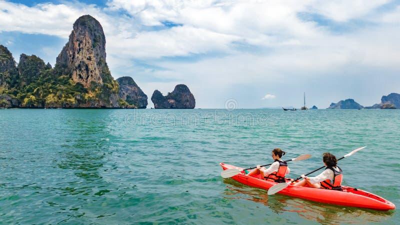 Familie kayaking, moeder en dochter die in kajak op tropische overzeese kanoreis dichtbij eilanden paddelen, die pret, actieve va royalty-vrije stock afbeeldingen