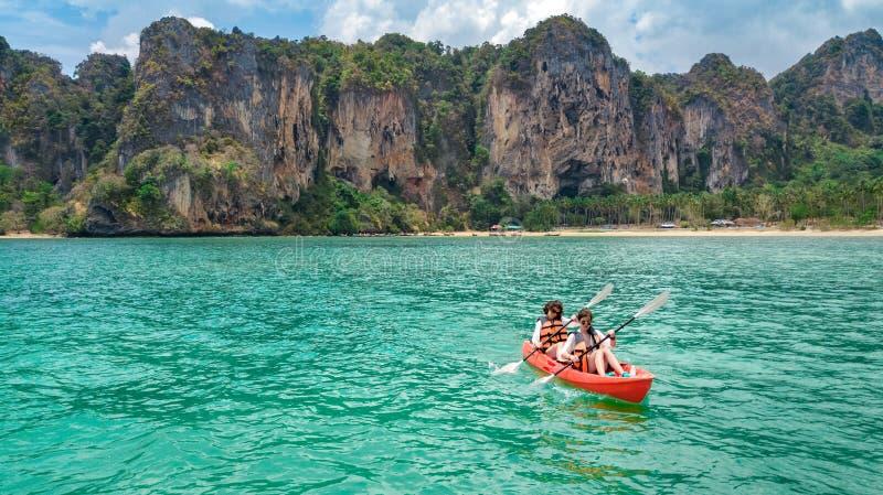 Familie kayaking, moeder en dochter die in kajak op tropische overzeese kanoreis dichtbij eilanden paddelen, die pret, vakantie i stock fotografie