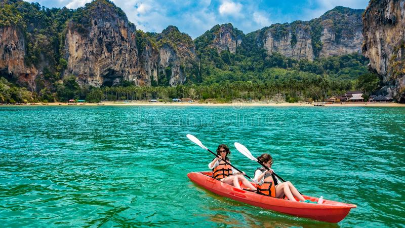 Familie kayaking, moeder en dochter die in kajak op tropische overzeese kanoreis dichtbij eilanden paddelen, die pret, vakantie i royalty-vrije stock afbeeldingen
