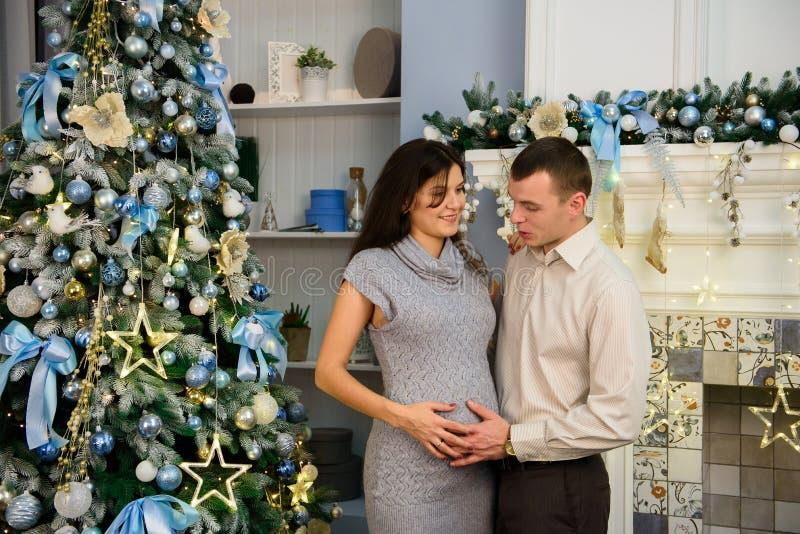 Familie, Kerstmis, Kerstmis, de winter, geluk en mensenconcept stock afbeeldingen