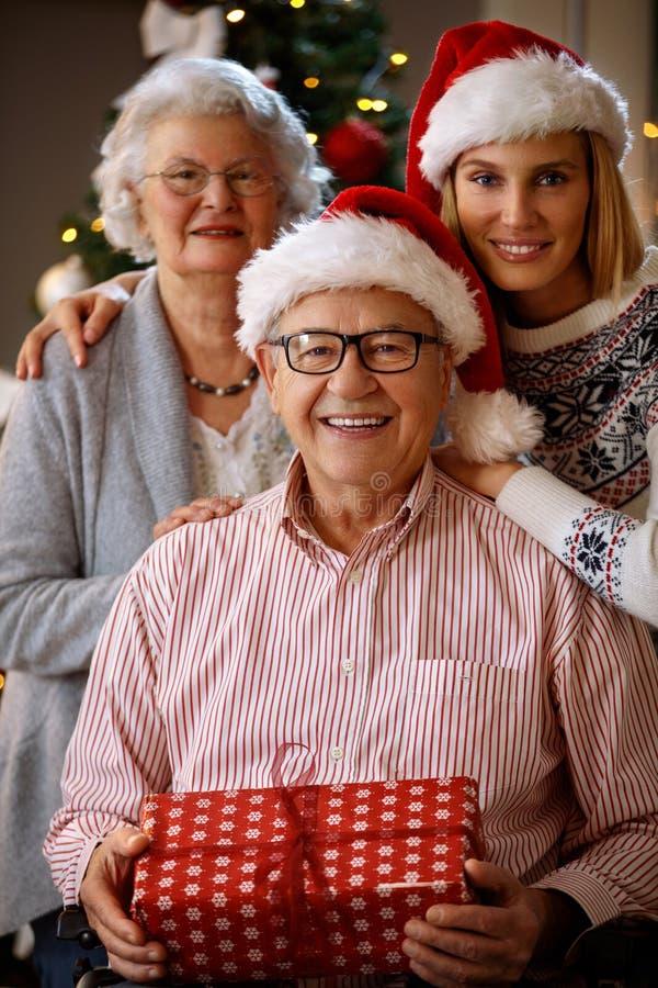 Familie in Kerstmistijd royalty-vrije stock afbeeldingen