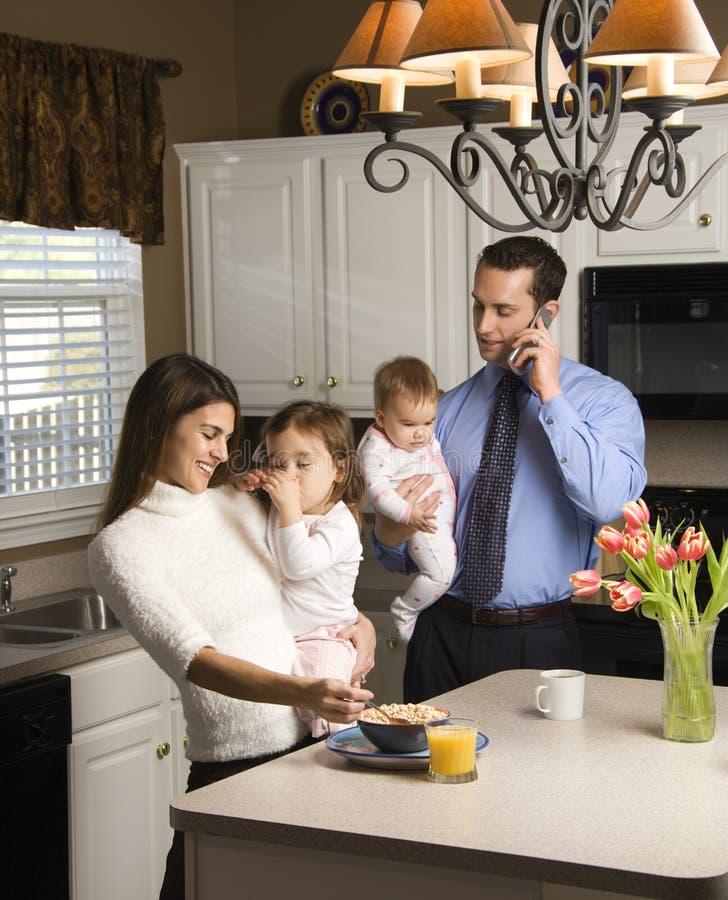 Familie in keuken. stock fotografie