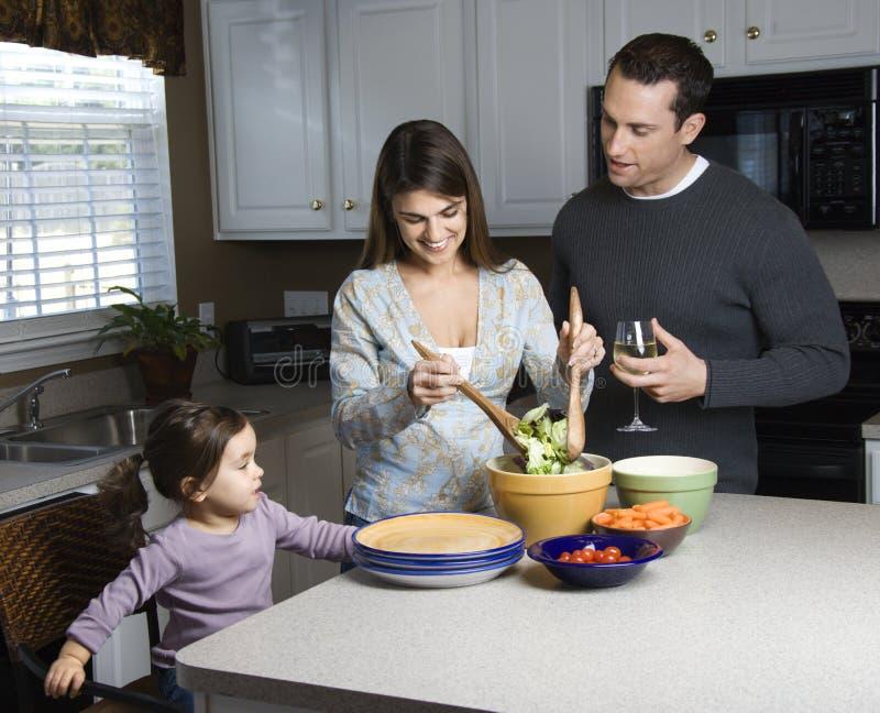 Familie in keuken. stock foto's