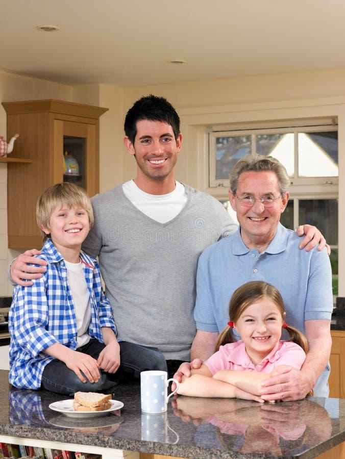 Download Familie in Keuken stock foto. Afbeelding bestaande uit gelukkig - 29508694