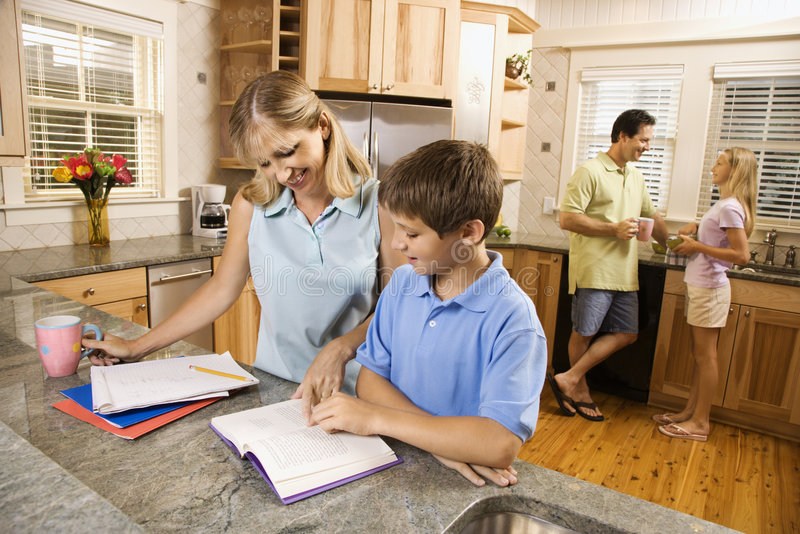 Familie in keuken die thuiswerk doet.