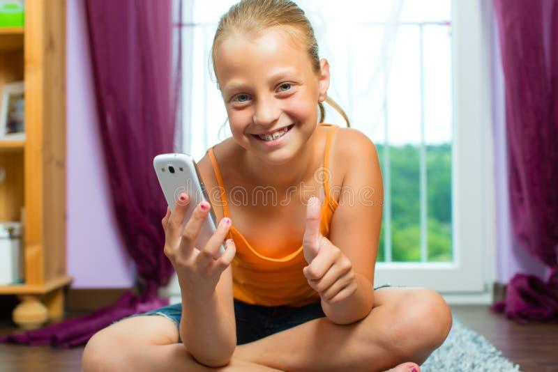 Familie - Kind mit Zelle oder smartphone stockfoto