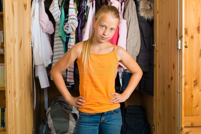 Familie - kind voor haar kast of garderobe stock fotografie