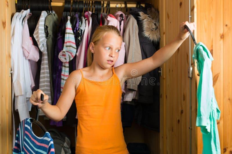 Familie - kind voor haar kast of garderobe royalty-vrije stock foto's