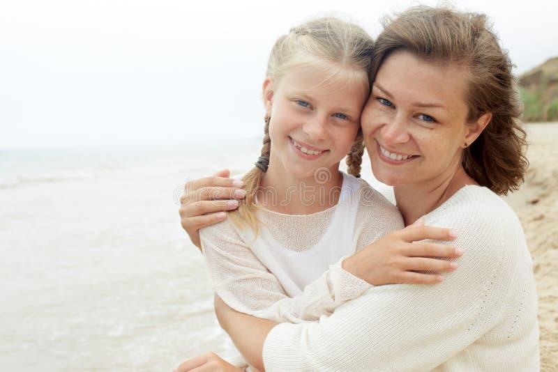 familie Kinder und glückliches Elternteilkonzept lizenzfreie stockfotos