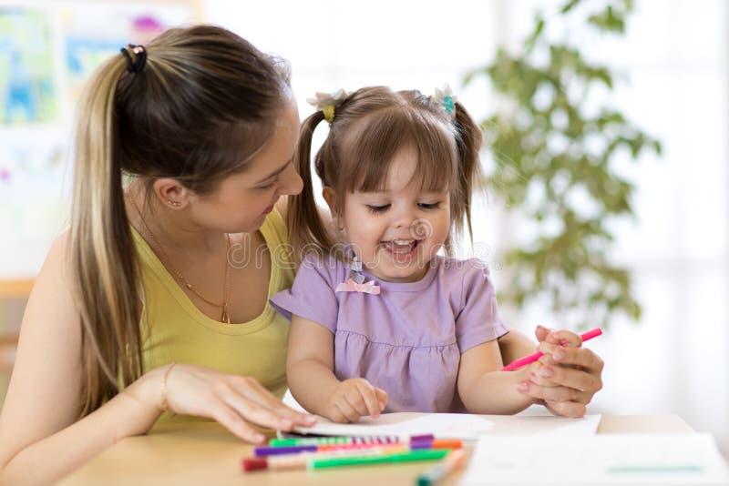 Familie, kinderen en onderwijsconcept - moeder en dochtertekening royalty-vrije stock afbeeldingen