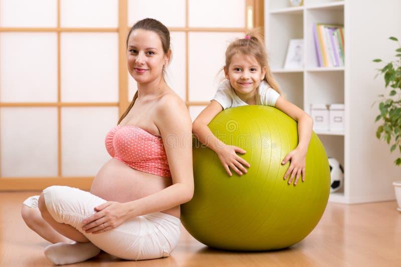 Familie, kinderen, zwangerschap, geschiktheid Gezond royalty-vrije stock foto