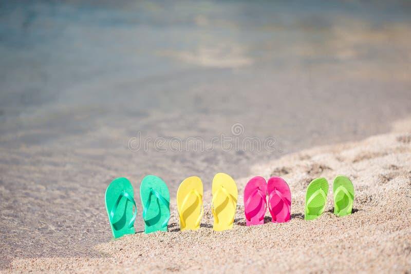 Familie kleurrijke wipschakelaars op strand voor het overzees royalty-vrije stock afbeelding