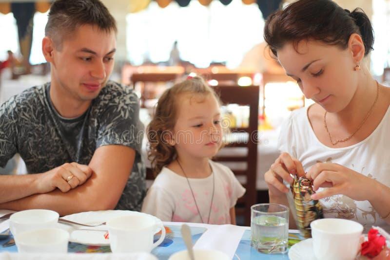 Familie in koffie stock afbeelding