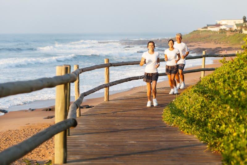Familie lopend strand royalty-vrije stock afbeelding