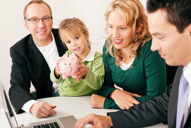 Familie met adviseur - financiën en verzekering stock foto