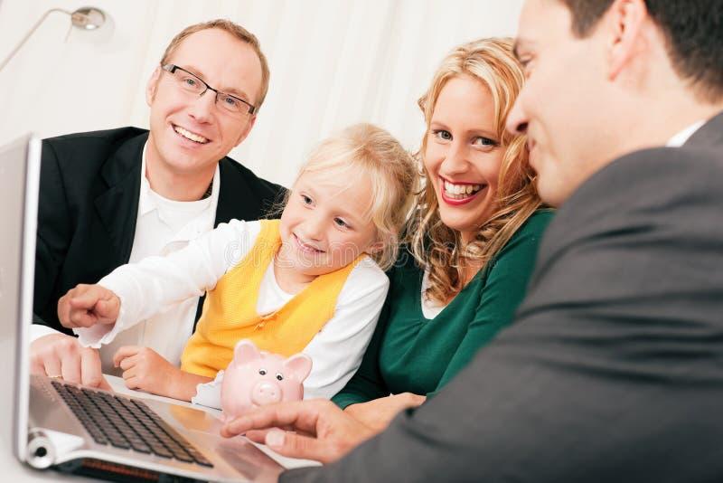 Familie met adviseur - financiën en verzekering stock foto's