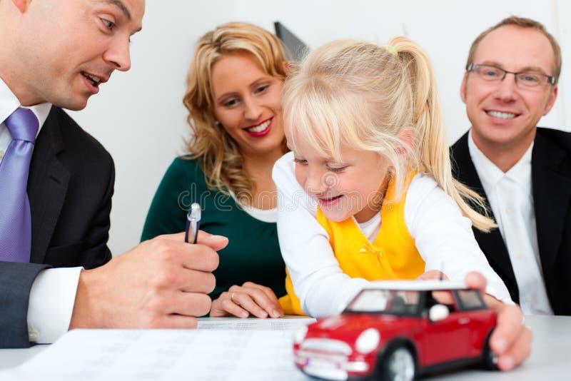 Familie met adviseur - financiën en verzekering stock afbeeldingen