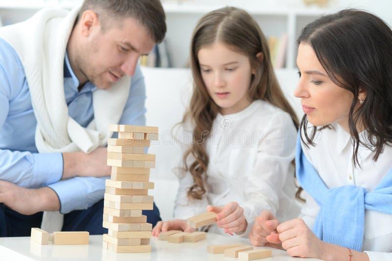 Familie met dochter die een spel spelen stock foto