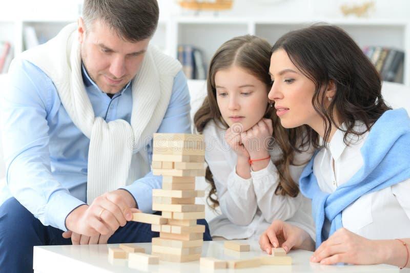Familie met dochter die een spel spelen royalty-vrije stock foto