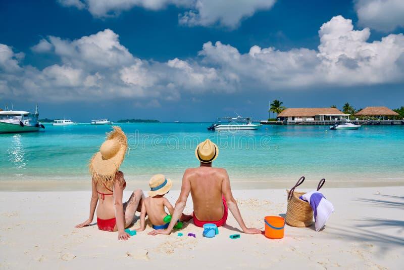 Familie met drie ??njarigenjongen op strand royalty-vrije stock foto's