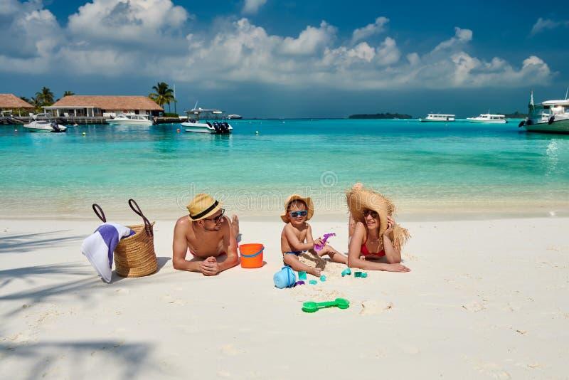 Familie met drie ??njarigenjongen op strand stock fotografie