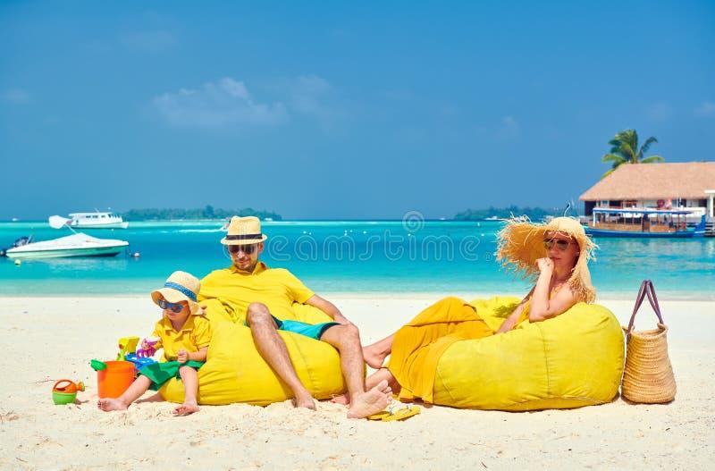 Familie met drie ??njarigenjongen op strand royalty-vrije stock afbeeldingen