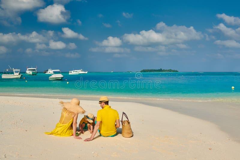 Familie met drie ??njarigenjongen op strand stock foto