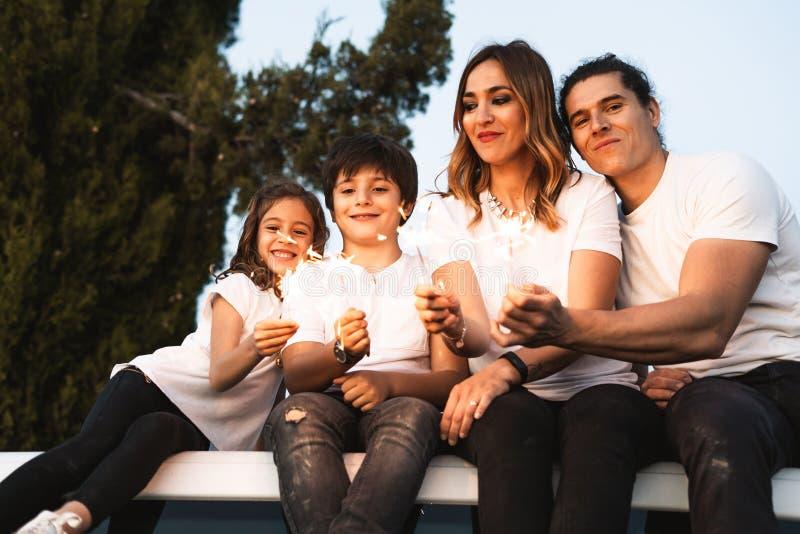 Familie met gelukkige sterretjes stock foto's
