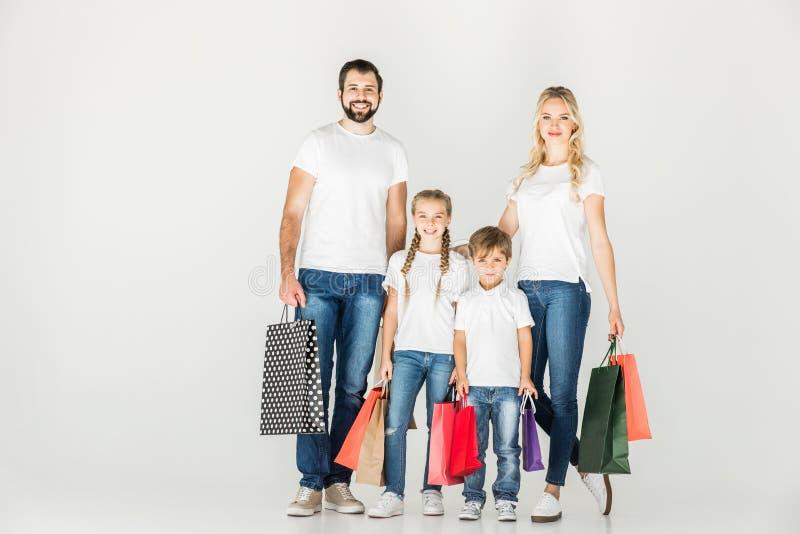 Familie met het winkelen zakken stock foto's