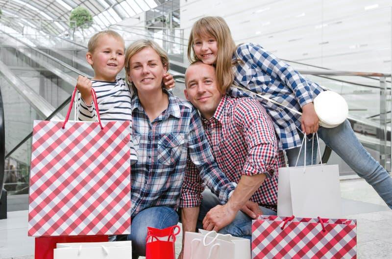 Familie met het winkelen zakken royalty-vrije stock foto's
