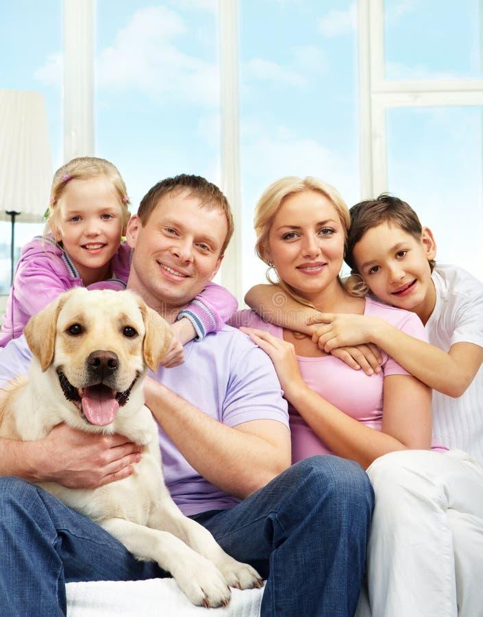 Familie met hond stock foto