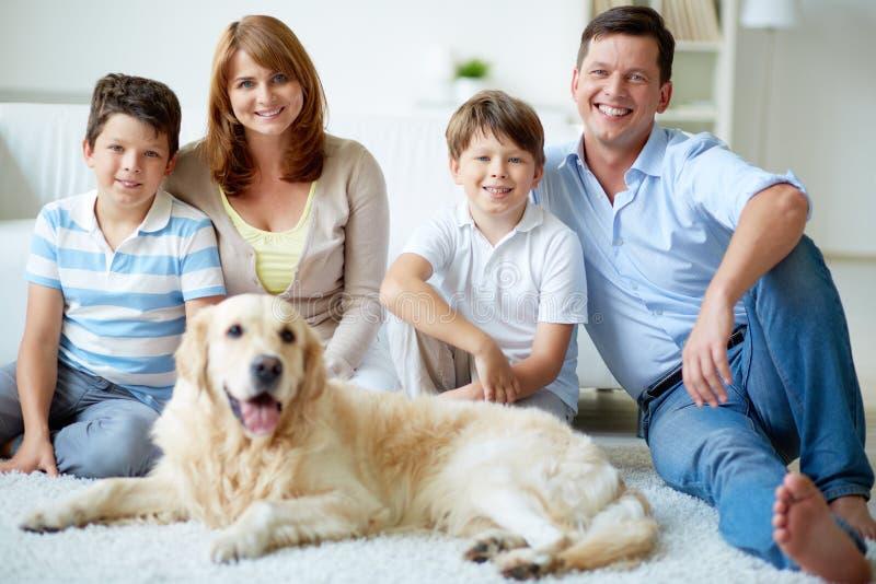 Familie met hond stock afbeeldingen
