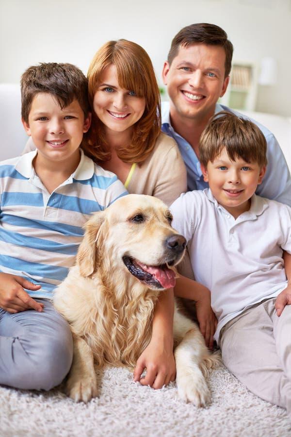 Familie met hond royalty-vrije stock afbeelding