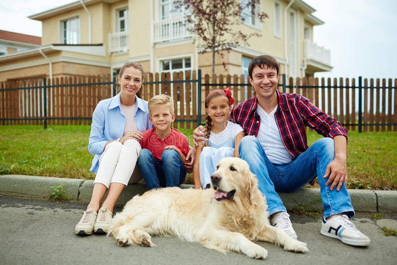Familie met huisdier stock afbeeldingen