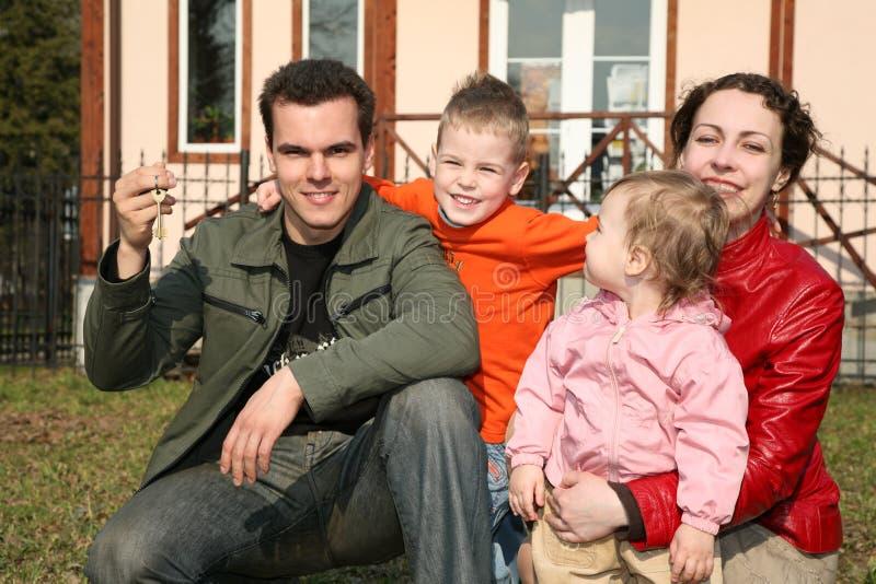 Familie met huissleutel stock foto's