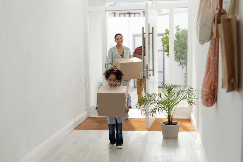 Familie met kartondozen die hun nieuw huis ingaan royalty-vrije stock afbeelding