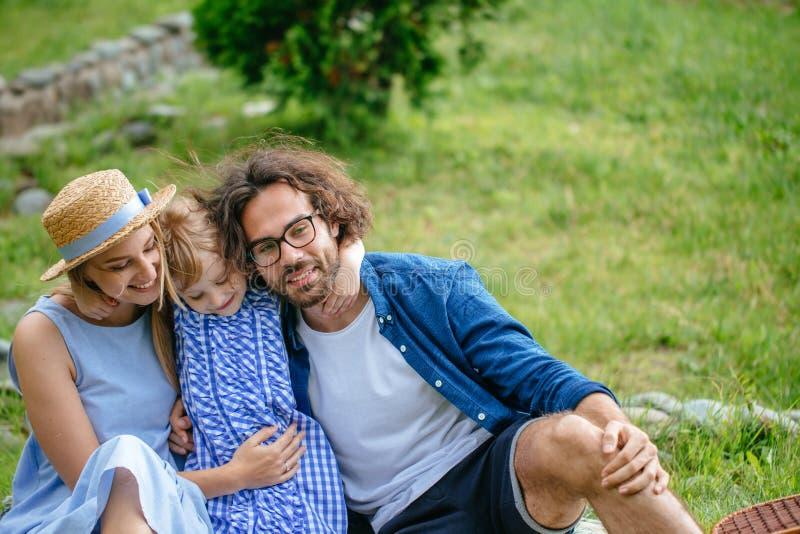 Familie met kind die en pret koesteren hebben openlucht royalty-vrije stock fotografie