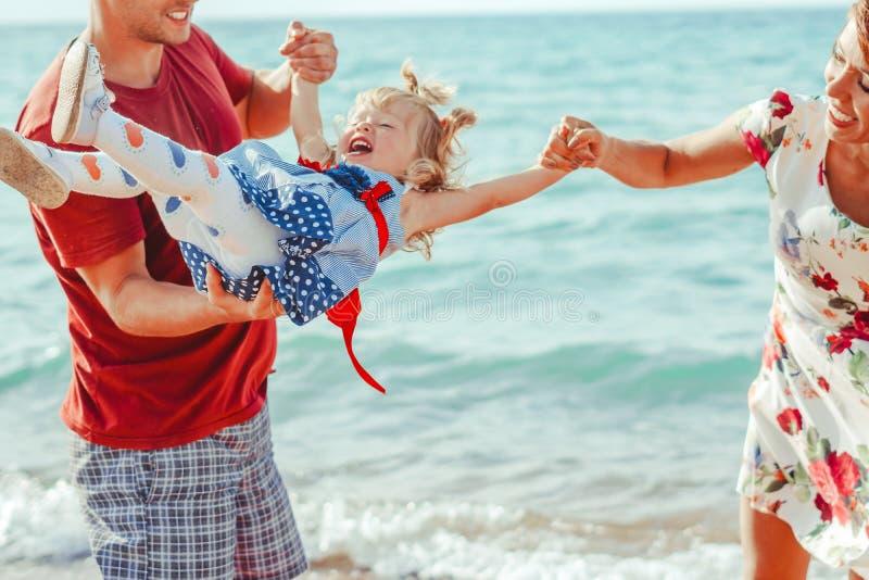 Familie met kind door het overzees stock afbeelding