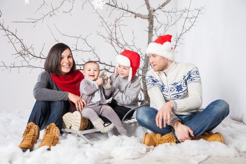 Familie met kinderen die het vieren Nieuwjaar glimlachen stock afbeelding