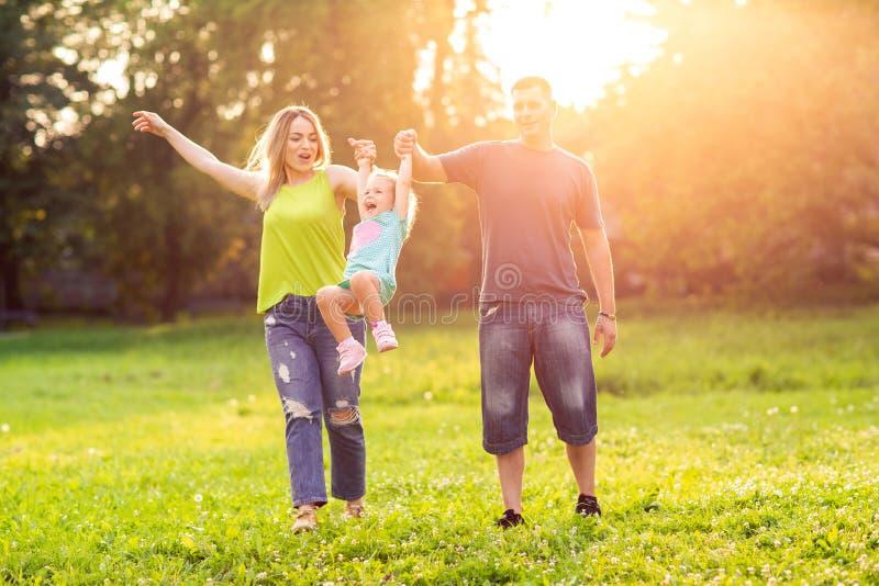 Familie met kinderen die in park genieten van stock foto