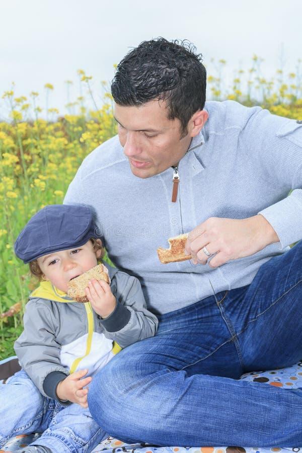 Familie met kinderen die picknick in de herfst hebben stock afbeeldingen
