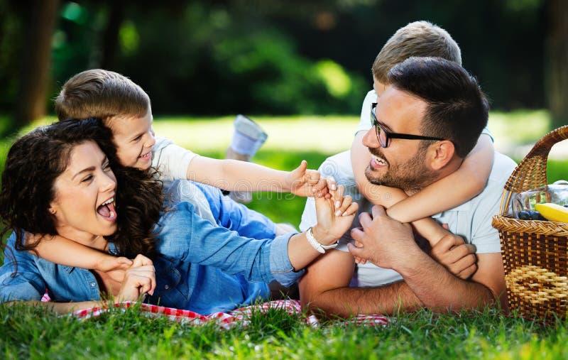Familie met kinderen die van een de zomerdag genieten samen openlucht stock fotografie